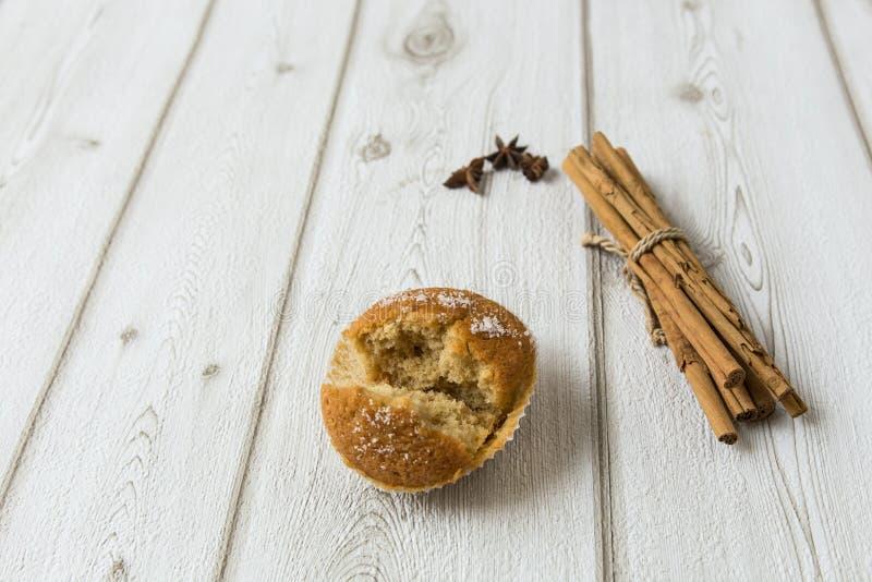 Пирожное с циннамоном на древесине стоковое изображение rf