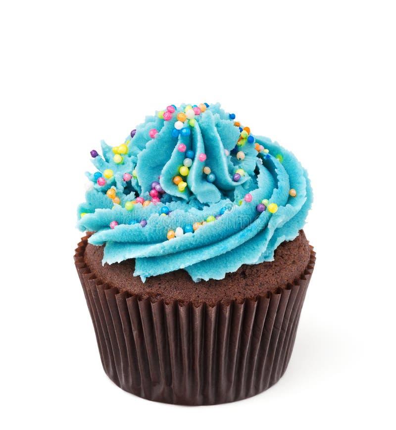 Пирожное шоколада при голубое buttercream изолированное на белизне стоковое фото