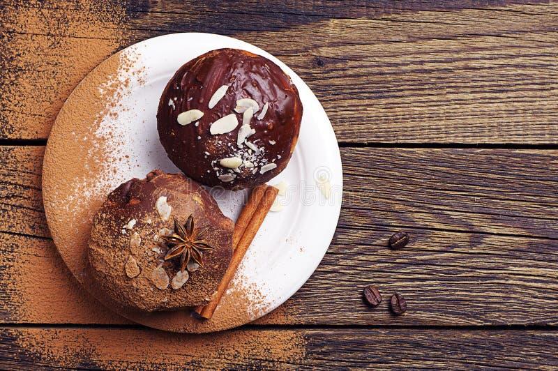 Download Пирожное 2 шоколадов с гайками Стоковое Изображение - изображение насчитывающей продукт, булочка: 40576389