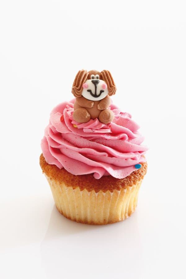 Пирожное buttercream клубники с собакой стоковая фотография