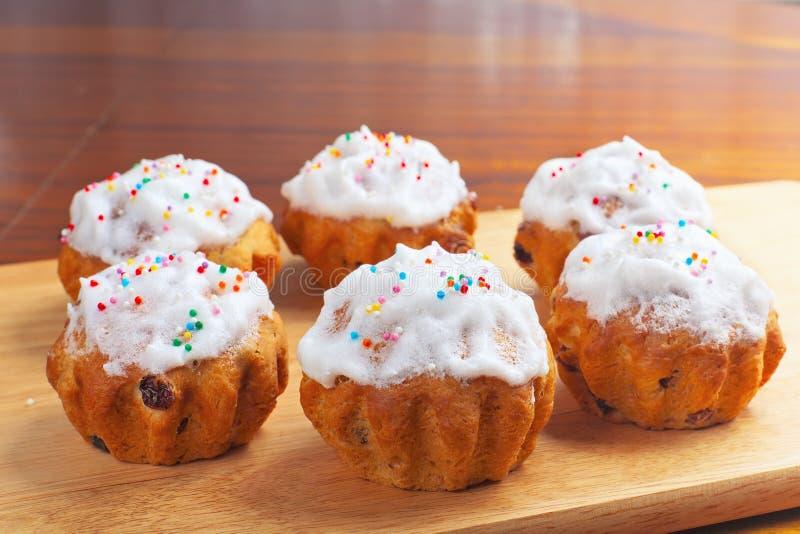 Пирожные выпечки на доске стоковая фотография rf