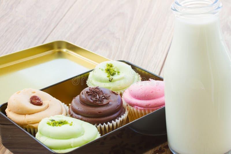 Download Пирожные в коробке стоковое изображение. изображение насчитывающей жиреть - 41655105