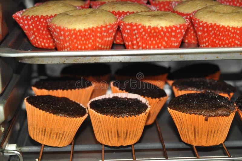Пирожные в печи стоковое фото