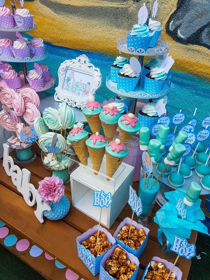 Пирожные детского душа для девушки и мальчика стоковые изображения