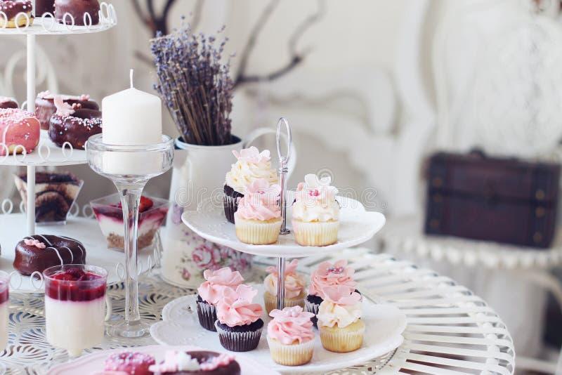Пирожные и мини пирожные стоковое фото rf