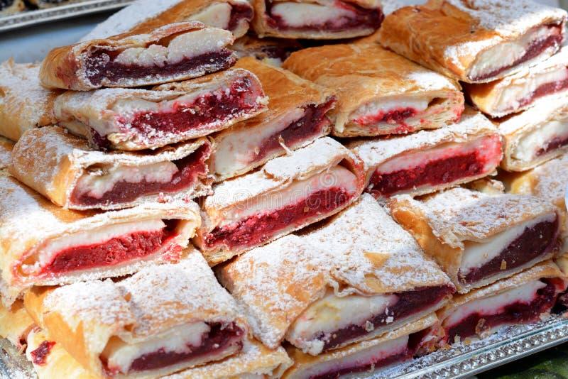 Пирожные помадок с плодоовощами на дисплее стоковое фото rf