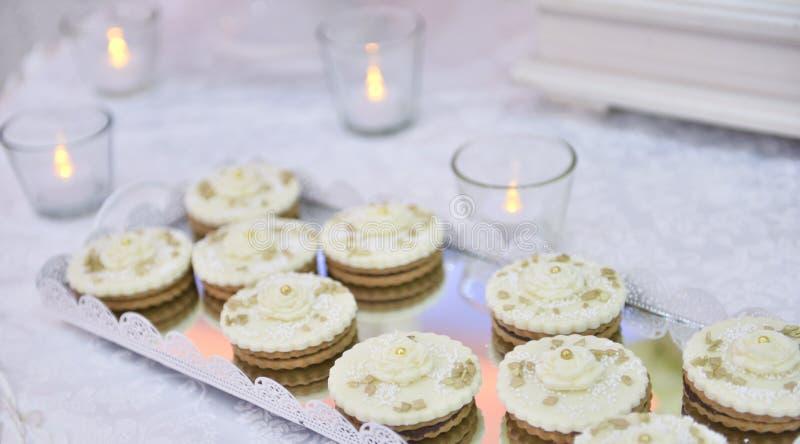 Пирожные свадьбы на хорошо украшенной таблице стоковые фотографии rf