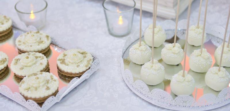 Пирожные свадьбы на хорошо украшенной таблице стоковое изображение rf