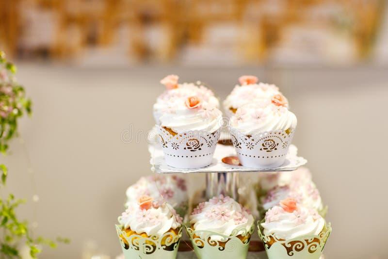 Download Пирожные свадьбы на событии или партии приема. Стоковое Изображение - изображение насчитывающей catering, красивейшее: 37926041