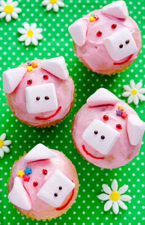 Пирожные свиньи - домодельные торты с розовыми сливк и зефиром стоковое изображение