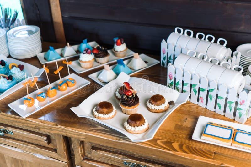 Пирожные со сливк шоколада, украшенной с клубниками стоковое изображение rf