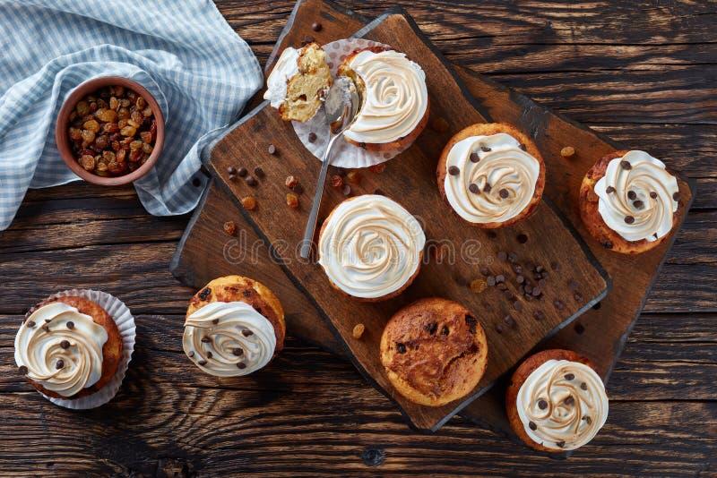 Пирожные сыра рикотты с падениями шоколада стоковые фотографии rf