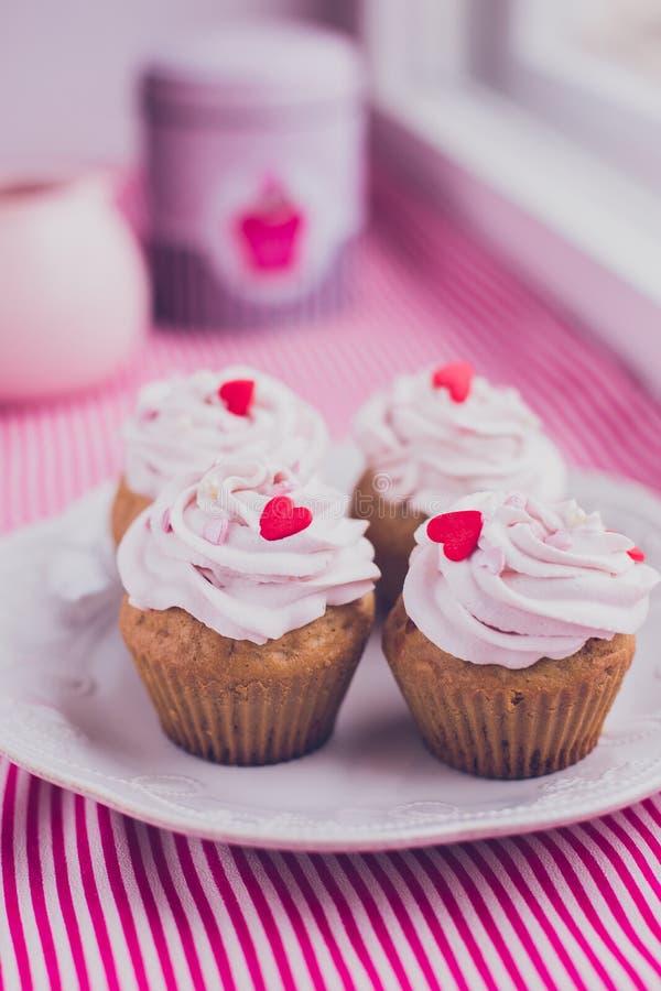 Пирожные с вареньем сливк и ягоды стоковые фото