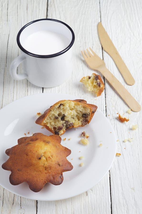 Пирожные с изюминками и чашкой молока стоковое изображение rf