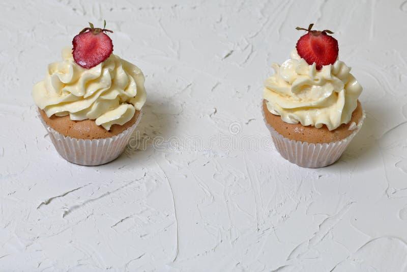 Пирожные с клубниками и сливк масла стоковые фотографии rf