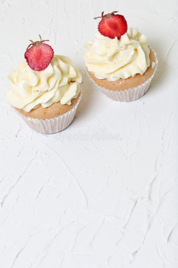 Пирожные с клубниками и сливк масла стоковое фото