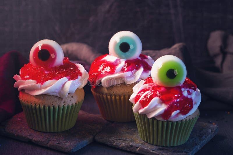 Пирожные хеллоуина со сладкими глазами стоковое изображение rf