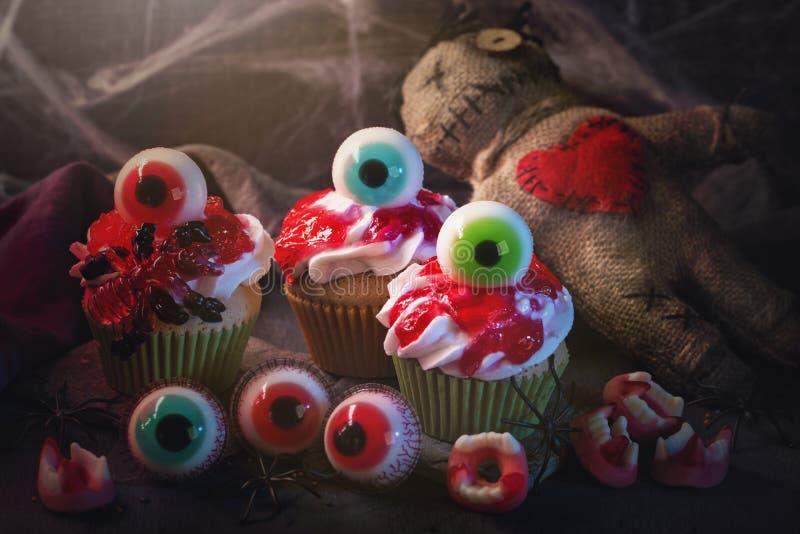 Пирожные хеллоуина со сладкими глазами стоковое фото rf
