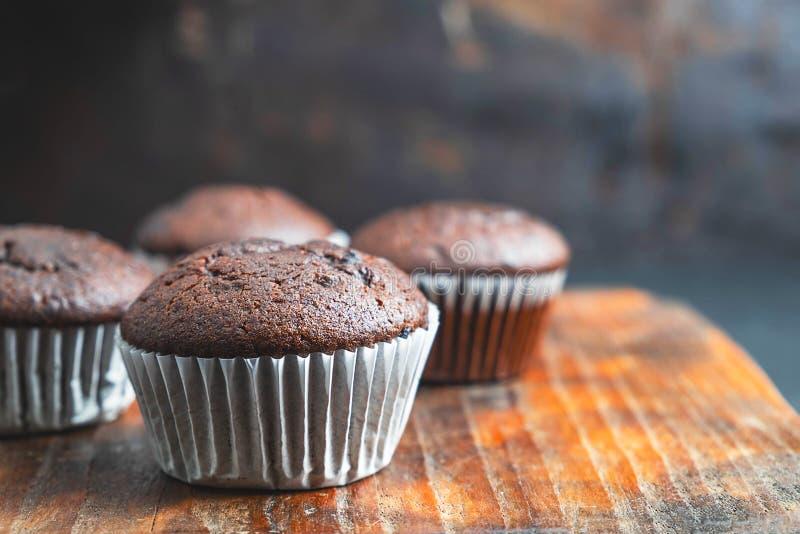 Пирожные шоколада пекарни на деревянной предпосылке стоковые фотографии rf