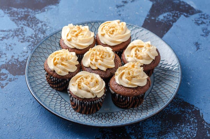 Пирожные шоколада с crea карамельки стоковые фотографии rf