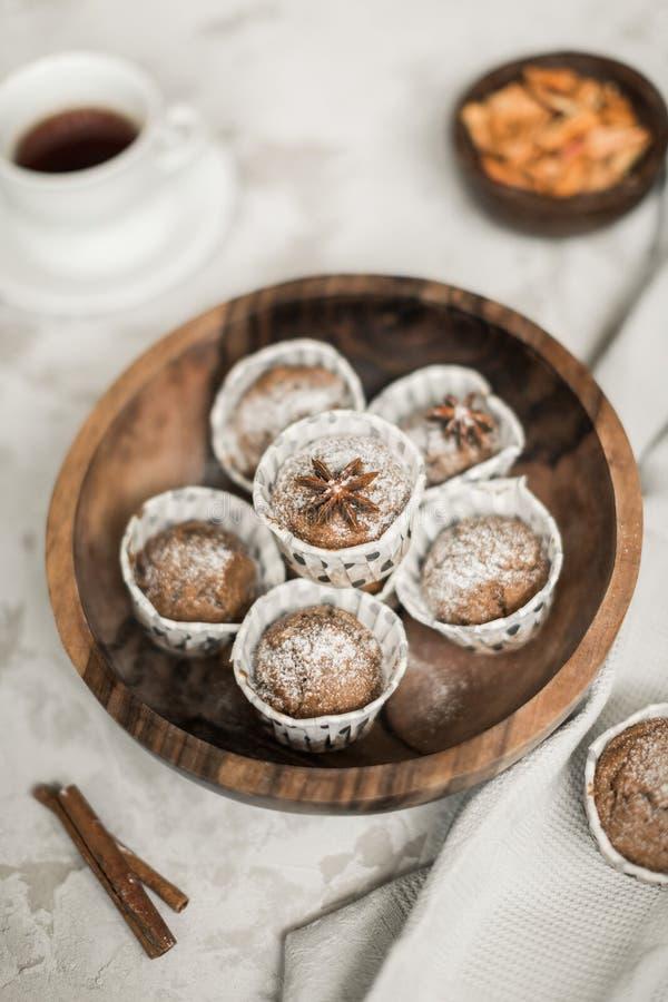 Пирожные яблока Frash с циннамоном и изюминками стоковое изображение rf