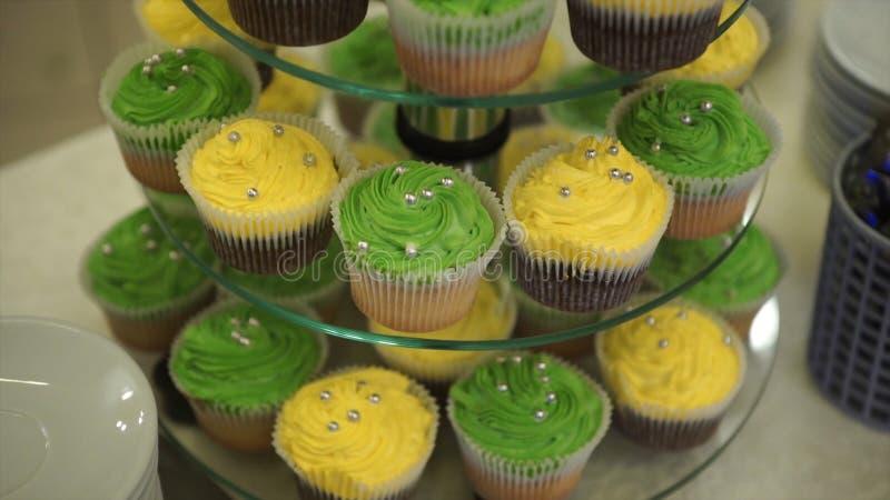 пирожня Изумительные шоколадные торты и пирожные Пирожное карамельки шоколада с гайками и сиропом butterscotch Зеленый цвет и стоковые фотографии rf