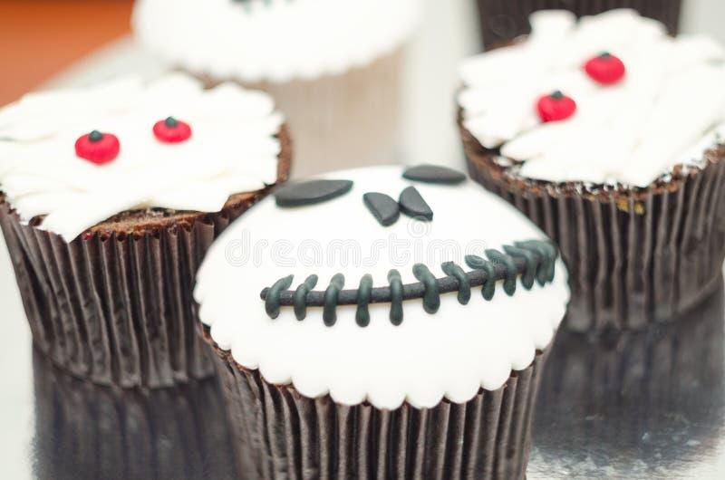 пирожня halloween Пирожное мумии и Джек-головы Обслуживание хеллоуина стоковое фото rf