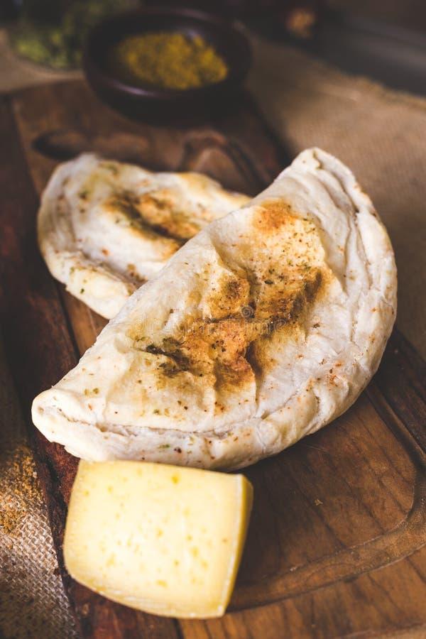 Пирожок сыра на деревянной разделочной доске стоковое изображение