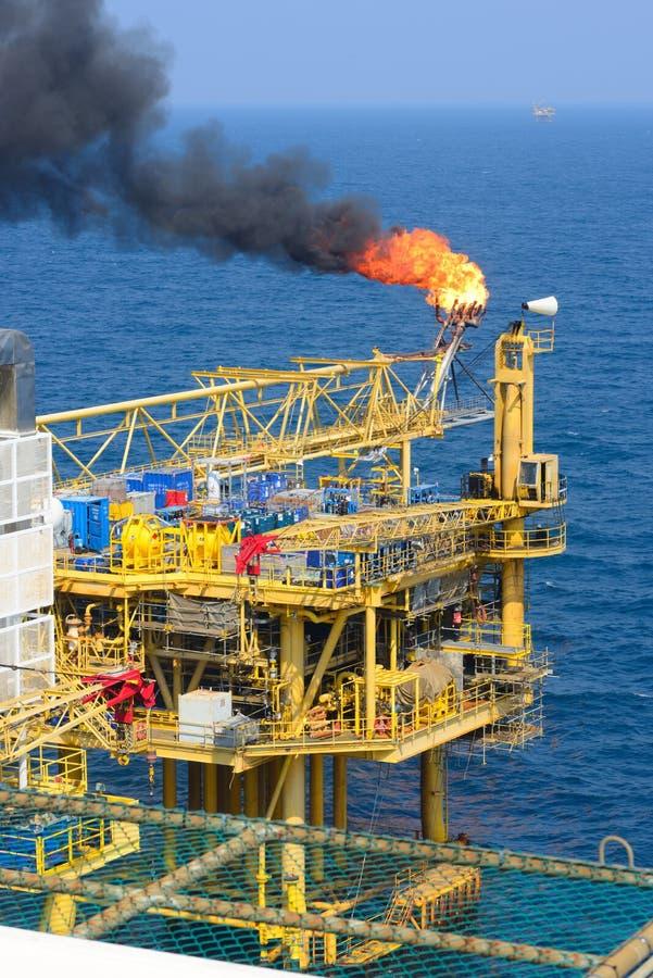 Пирофакел газа на оффшорной буровой вышке стоковые фото