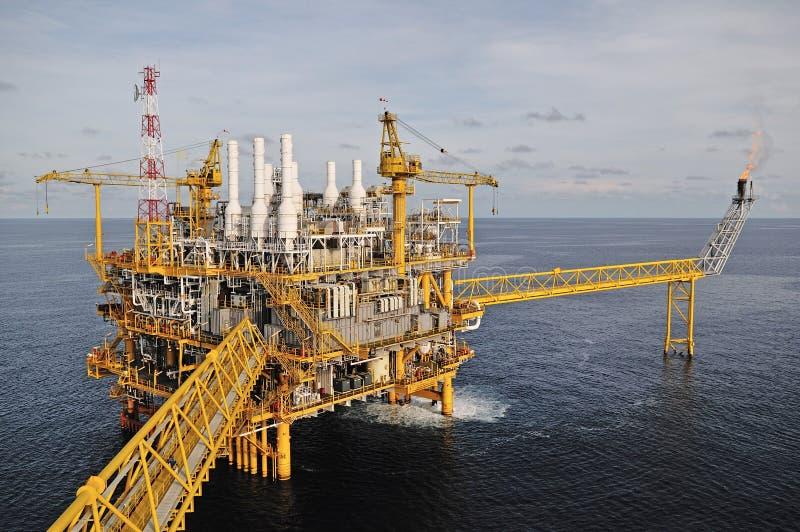 Пирофакел газа на платформе буровой вышки стоковые фотографии rf