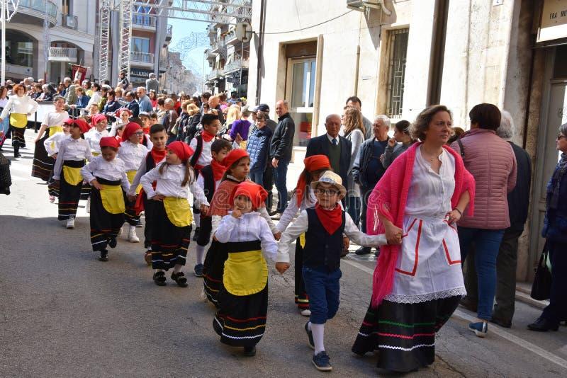 Пиршество St. Thomas, дети на шествии спасибо в Ortona, Abruzzoo стоковые изображения rf