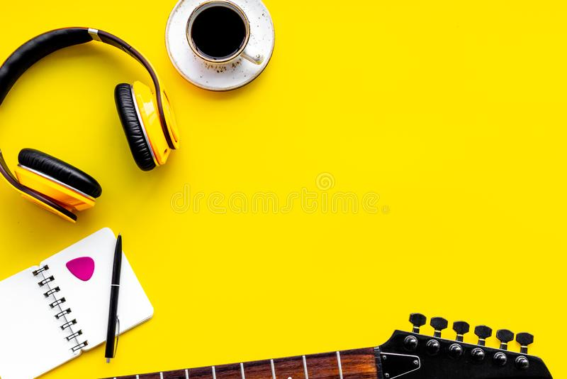 Писатель песни установил с космосом взгляда сверху предпосылки музыканта и аппаратур DJ желтым для текста стоковые изображения rf