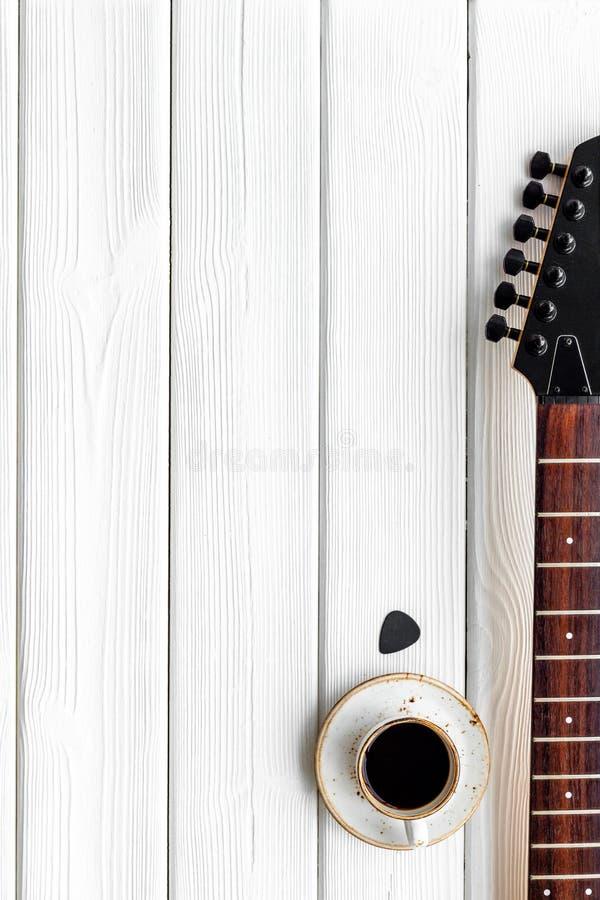 Писатель песни установил с космосом взгляда сверху предпосылки музыканта и аппаратур DJ белым деревянным для текста стоковая фотография rf