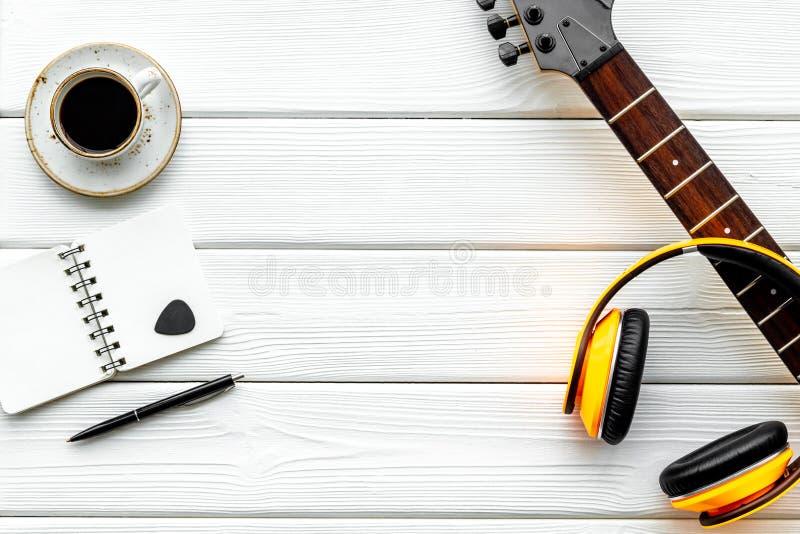 Писатель песни установил с космосом взгляда сверху предпосылки музыканта и аппаратур DJ белым деревянным для текста стоковое изображение