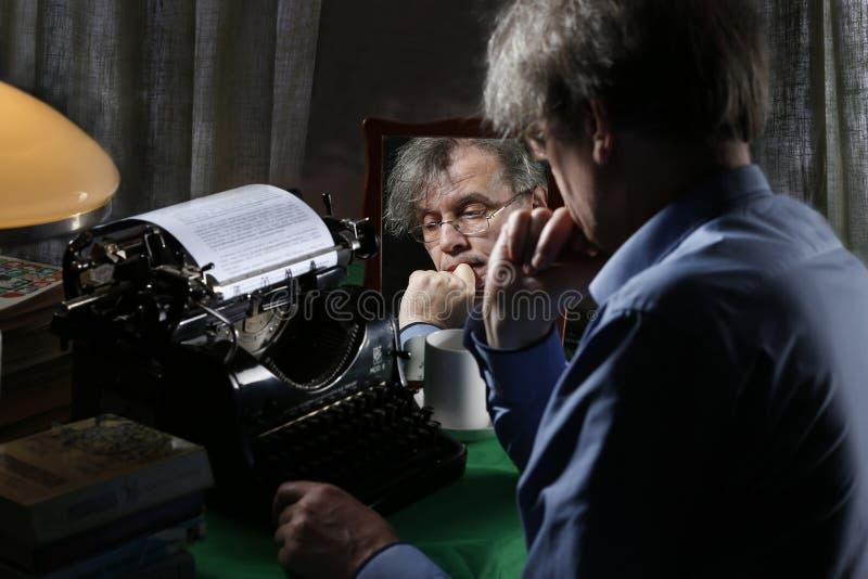 Писатель пишет kkigu творческий процесс Напечатать внутри Тип-машину стоковое изображение