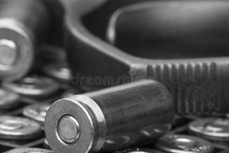 Пистолет и конец-вверх пуль изолированный на белой предпосылке Концепция ограничивать распространение маленьких рук Черно-белое и стоковые фото