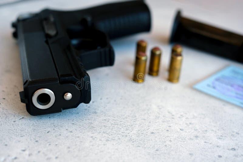 Пистолет 9 мм и пули ему стоковая фотография