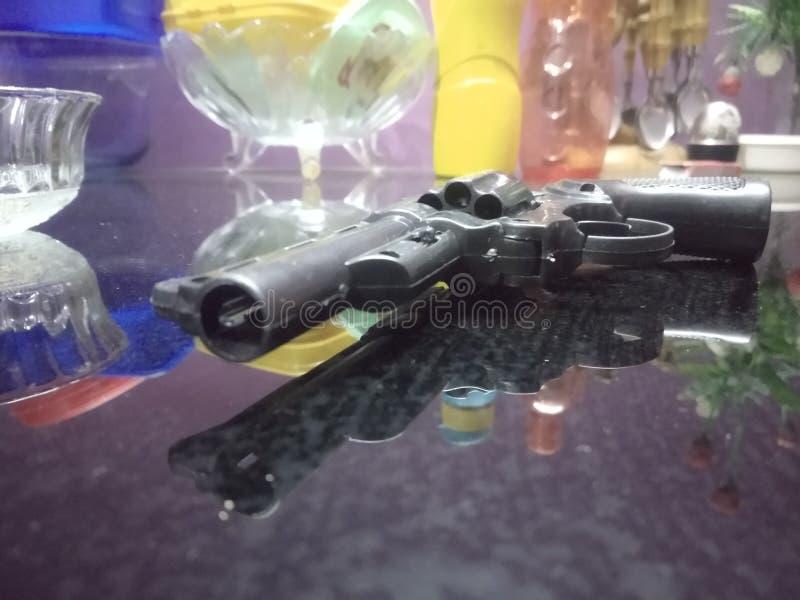 Пистолет на таблице стоковые фото