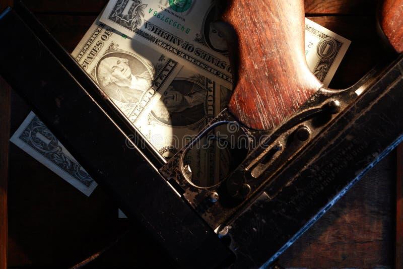 Пистолет-пулемет и деньги стоковые изображения rf