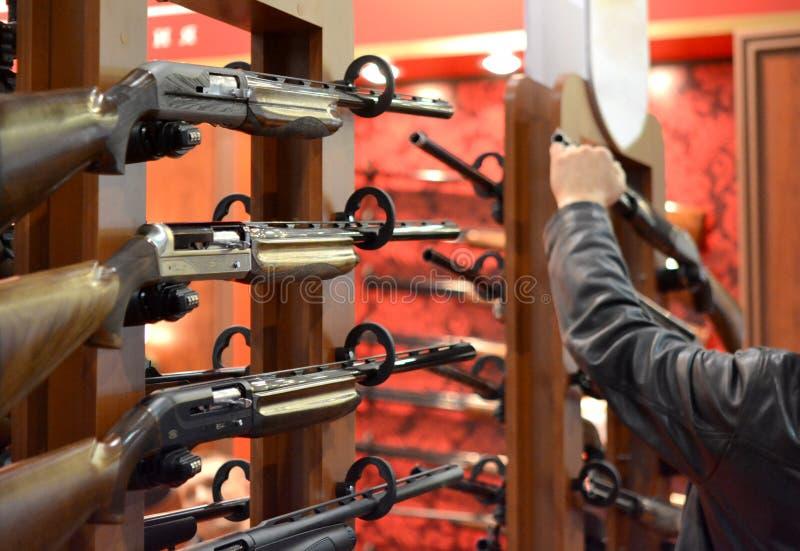 Пистолет-пулемет на стене стоковое изображение