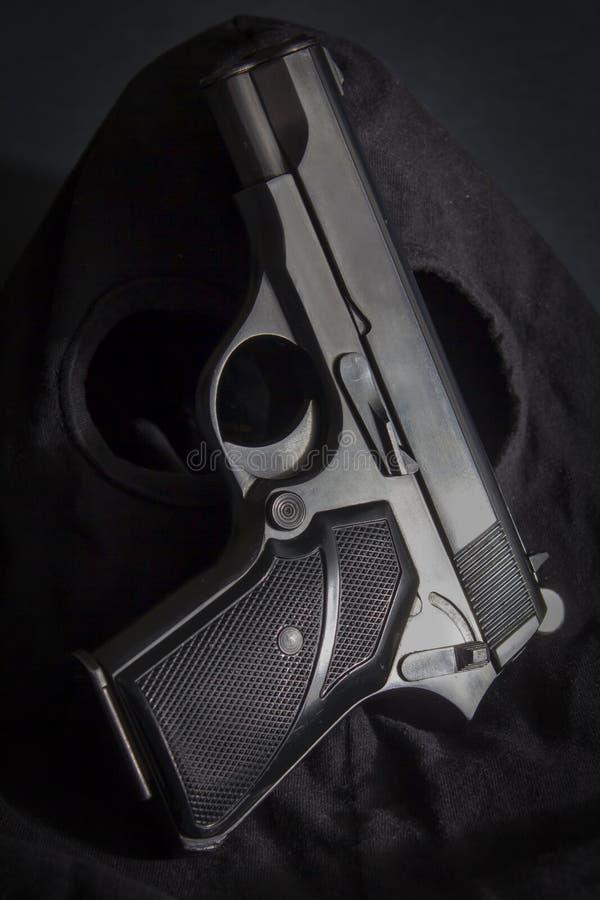 Пистолет и маска похитителя стоковые фото