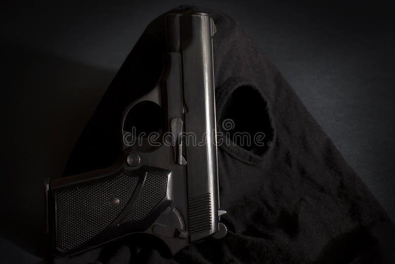 Пистолет и маска предпосылки 3 похитителя стоковая фотография rf