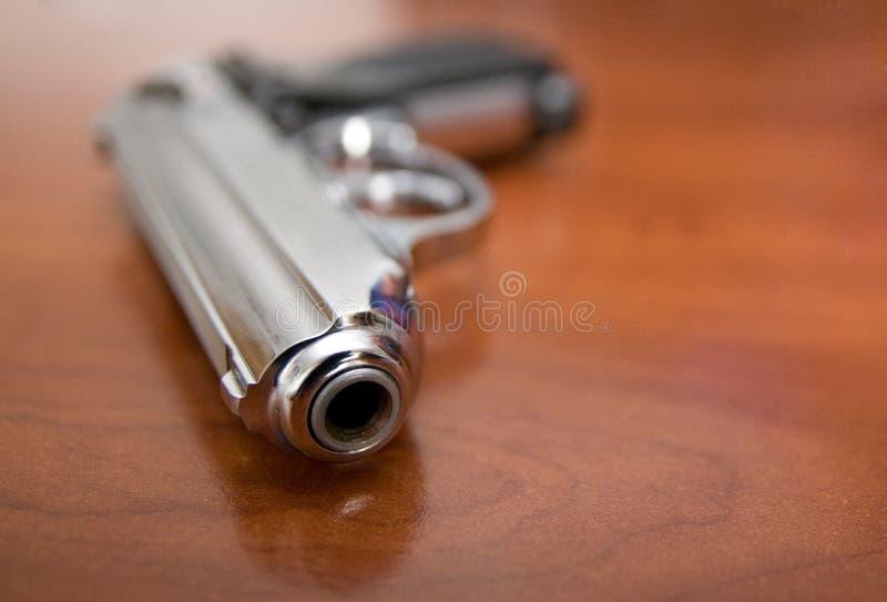 Пистолет на таблице стоковая фотография rf