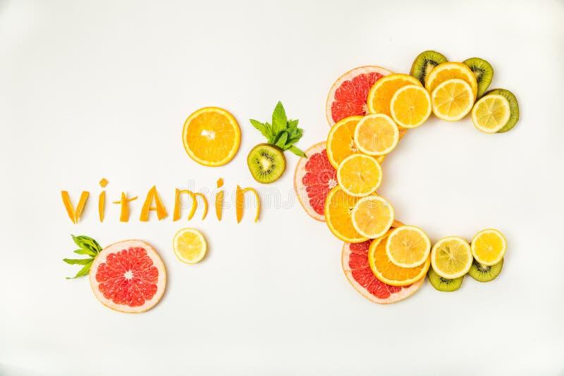 Письма витамин C сделанные из цитрусовых фруктов стоковое фото rf