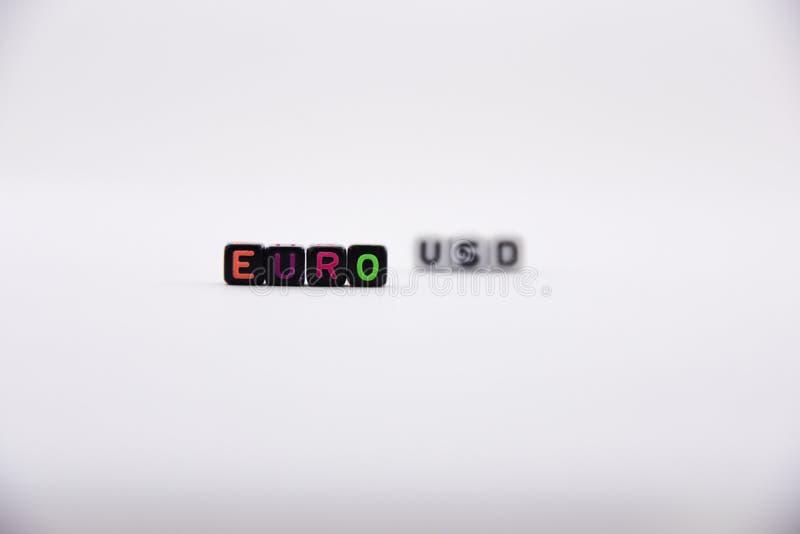 Письма куба, евро - предпосылка долларов помечая буквами, красочная и разнообразная, белая стоковое фото rf