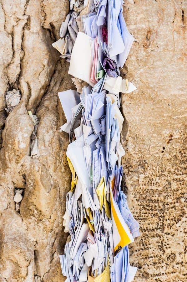 Письма к богу впихнутому между камнями на западной стене стоковая фотография rf