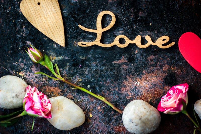 Письма ЛЮБЯТ и сердце и цветки дня валентинки стоковые фотографии rf