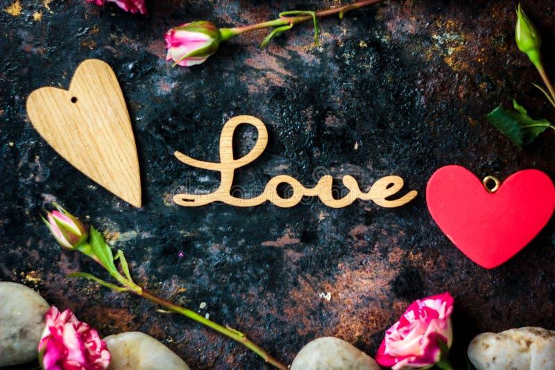 Письма ЛЮБЯТ и сердце и цветки дня валентинки стоковое изображение rf