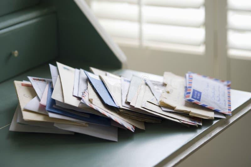Письма на столе сочинительства стоковые изображения rf