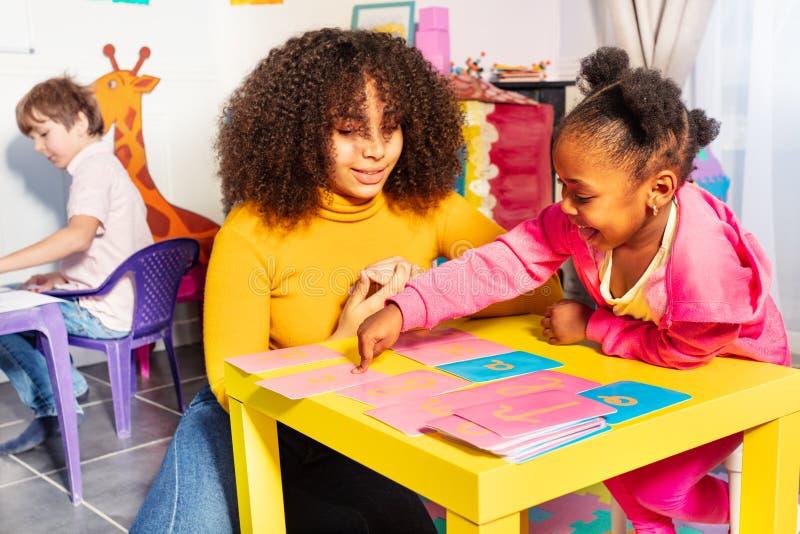 Письмо девушки отборное cursive учит с тактильной картой стоковые фото